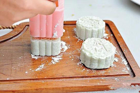 我们准备了制作手工月饼的材料,与大家一起在中秋节制作冰皮月饼,展示